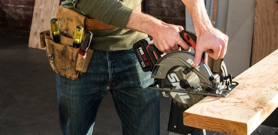 Man using PWR CORE 20™ circular saw