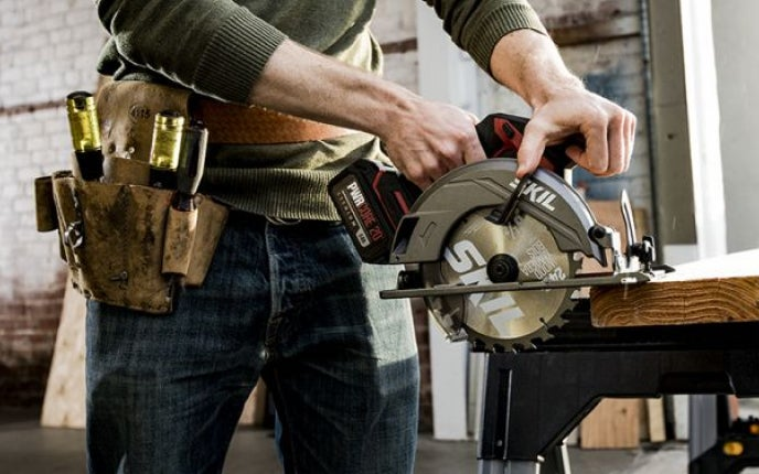 Man using a PWR CORE 20™ circular saw